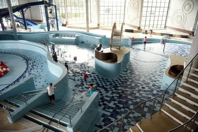 Tak pracowano na basenie - podczas przerwy technicznej - we wrześniu zeszłego roku