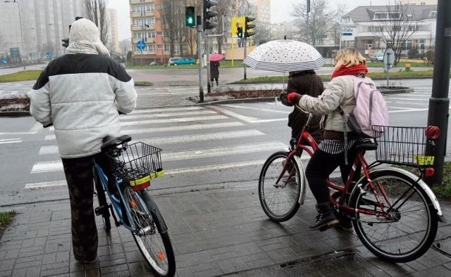 Ci rowerzyści mają dwie możliwości, łamiąc obowiązujące przepisy przejechać skrzyżowanie i zmieścić się w czasie lub przeprowadzić jednoślady na drugą stronę, co zajmie im ponad 6 minut