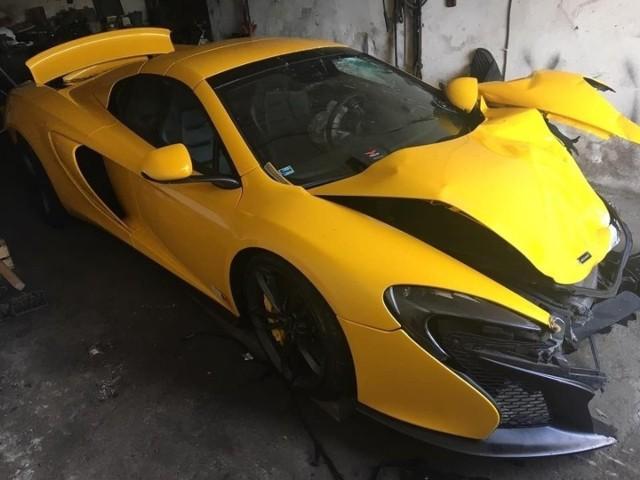 McLaren Spider był wart ok. 850 tys. złotych. Sprawca wypadku miał początkowo twierdzić, że pokryje koszty, ale ostatecznie tak się nie stało. Straty w całości spadły więc na właściciela komisu.