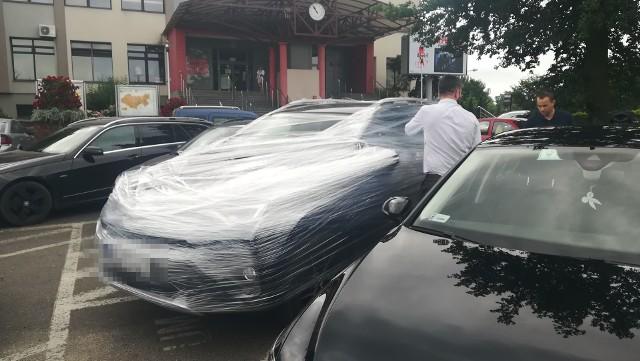 Samochód prezydenta Sieradza oklejony folią