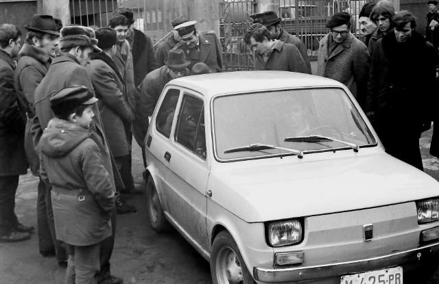 Premiera Fiata 126p na milicyjnym dziedzińcu w Słupsku