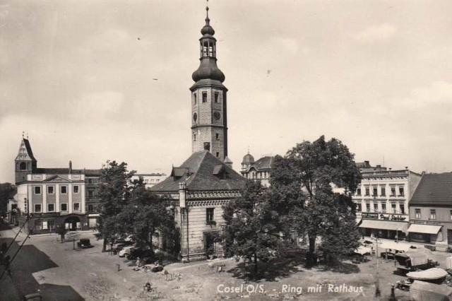 Zdjęcie zrobiono przed wojną. Ratusz został zniszczony moździerzowymi pociskami wystrzelonymi prze Rosjan, bo z wysokiej wieży żołnierze niemieccy prowadzili obserwację terenu.