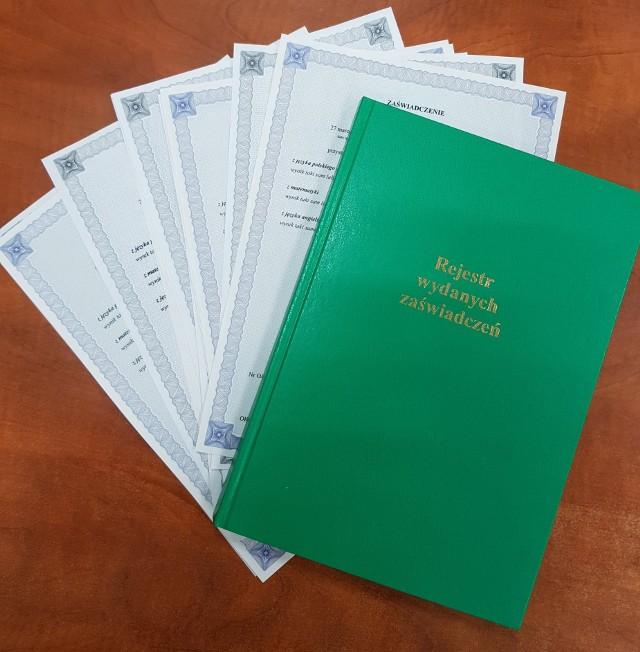 Zaświadczenia o wynikach egzaminu VIII klas uczniowie i rodzice wczoraj już mogli odebrać m.in. w SP 26.