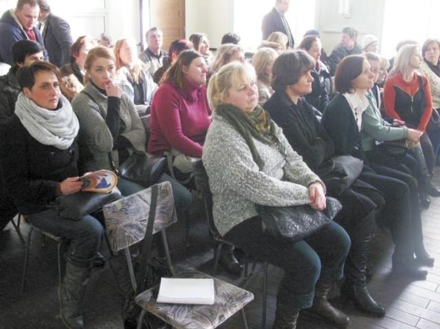 Na sesję przyjechało kilkudziesięciu rodziców i nauczycieli, aby bronić swojej szkoły. Nie udało im się. Od 1 września placówkę przejmie stowarzyszenie Edukator z Łomży.
