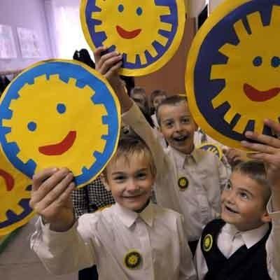 Uczniowie osiecznickiej podstawówki cieszą się, że ich szkoła ma patrona! A poza tym, kto by się nie uśmiechnął do takiego sympatycznego słoneczka!
