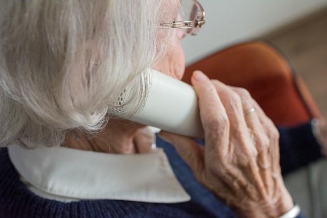 72-latka sądziła, że rozmawia z funkcjonariuszem policji. Ta autentyczna przypomina - Policja nigdy nie prosi o przekazanie pieniędzy i nigdy nie dzwoni z takim żądaniem.