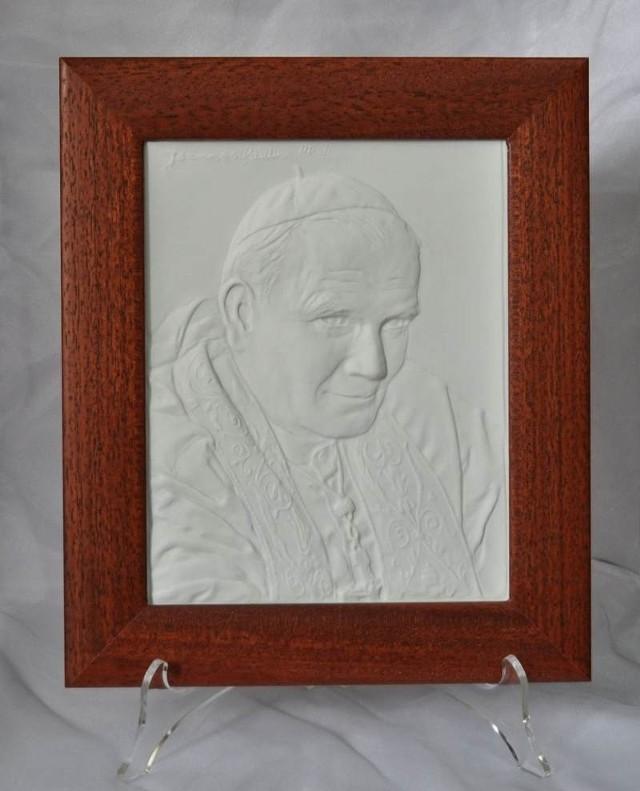 Tak wygląda okolicznościowa płaskorzeźba z wizeruniem papieża Polaka, wyprodukowana przez Zakłady Porcelany Ćmielów.