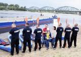 """""""Sześciu wspaniałych"""" płynie już Wisłą! Trwa charytatywny spływ aż do Bałtyku. W kajakach - policjanci [ZDJĘCIA, VIDEO]"""