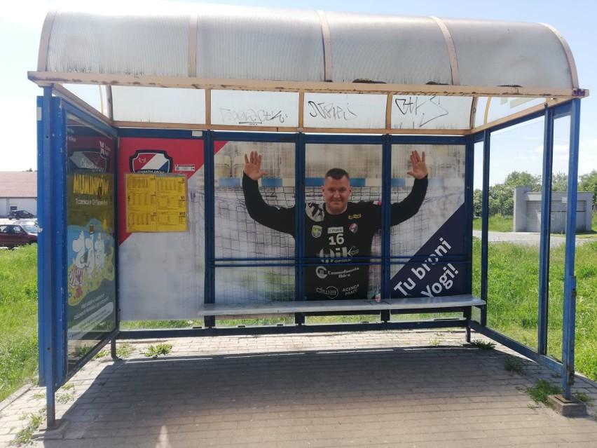 Na przystanku Okulickiego w Opolu, położonym tuż obok hali...