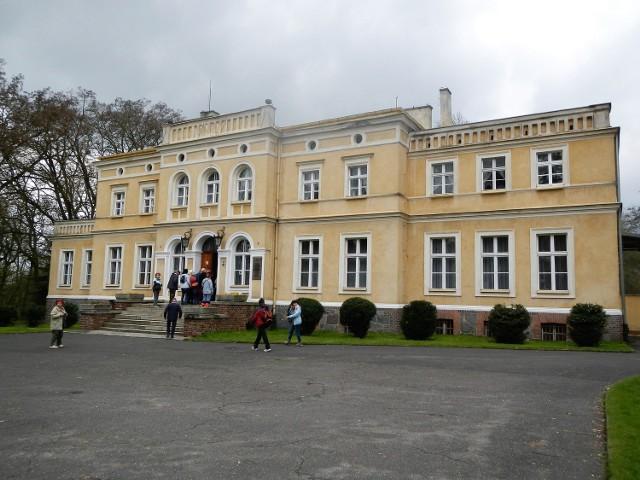W dawnym pałacu (na zdjęciu) i wozowni znajduje się niezwykła wystawa okazów fauny lasów polskich i pochodzących z egzotycznych zakątków globu