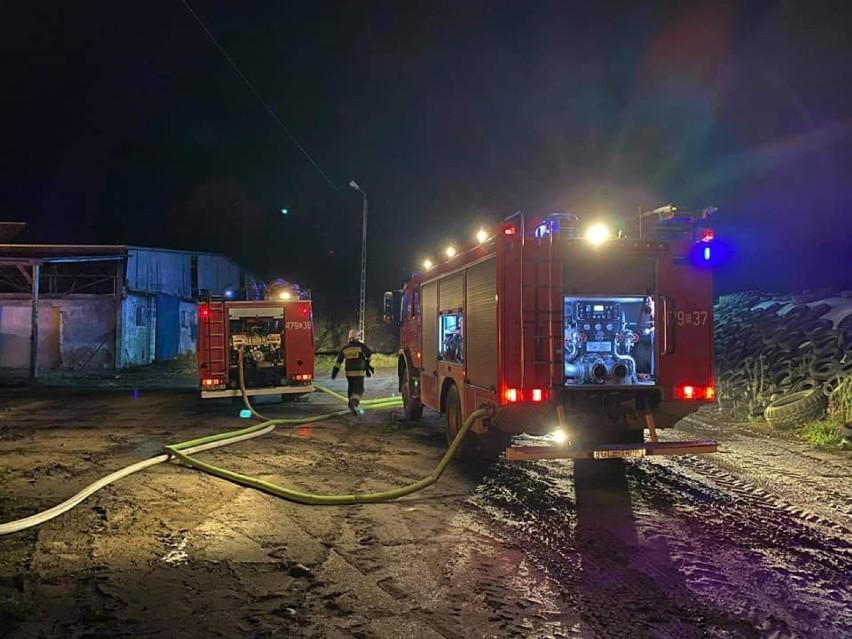Pożar magazynu wypełnionego sianem w Janowicach. Na miejscu 15 zastępów straży pożarnej
