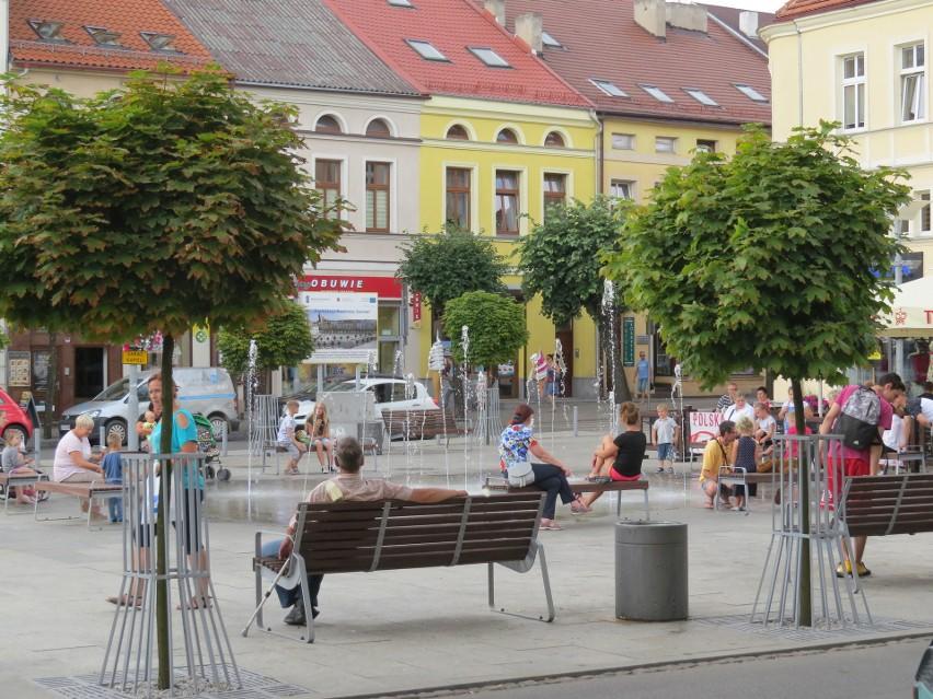 Przy fontannie w centrum Brodnicy stoją ławeczki - można na...