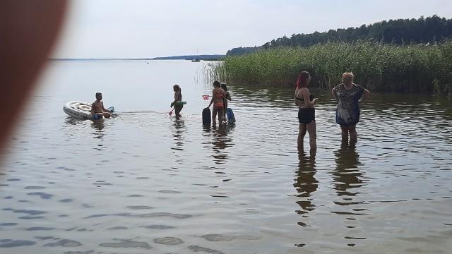 Jezioro Bukowo Dąbki gm. Darłowo. Piasek aż parzy w stopy. Ciepła woda idealne warunki do kąpieli dla dzieci. Bardzo blisko także do morza. Sporo wczasowiczów w całym pasie nadmorskim. Mnóstwo samochodów na trasach dojazdowych.