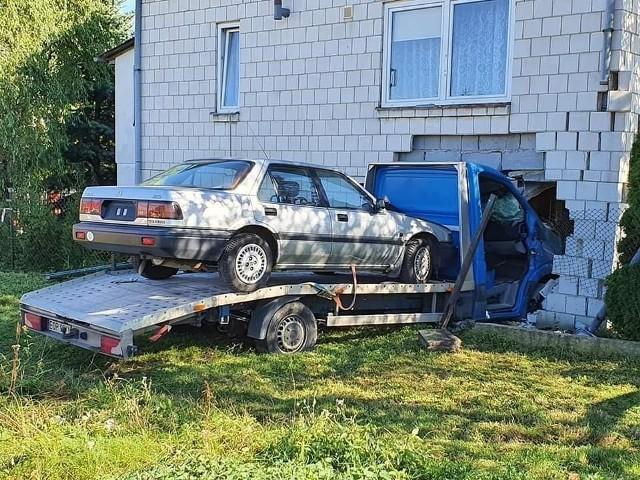 Mercedes - laweta przewożąca samochód osobowy wbiła się w dom mieszkalny w Wieniawie!