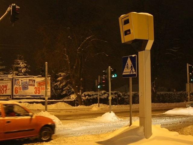 Fotoradary na skrzyżowaniu przy wjeździe do centrum handlowego w Kobylnicy są najnowocześniejsze: robią zdjęcia przekraczającym prędkość i wjeżdżającym na czerwonym świetle. W 2010 roku było tam 13 zdarzeń drogowych, od kiedy jest radar,  tylko cztery.