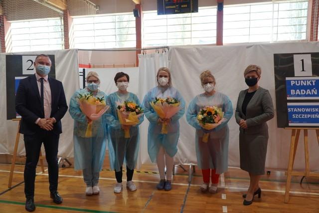 Z okazji Międzynarodowego Dnia Pielęgniarki i Położnej władze Golubia-Dobrzynia odwiedziły personel pracujący w Punkcie Szczepień Powszechnych w Golubiu-Dobrzyniu