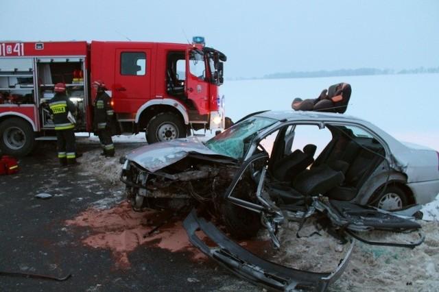 Tak wyglądał mitsubishi lancer należący do mieszkanki Strzelec Opolskich, po tym jak najechał na niego pijany kierowca golfa. Mężczyzna miał w organizmie 2,6 promila alkoholu. Do wypadku doszło w styczniu 2013 roku.