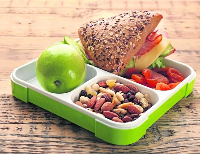 W szkole każde dziecko powinno zjeść drugie śniadanie - smaczne i pożywne. Warto pamiętać o owocach i orzechach.