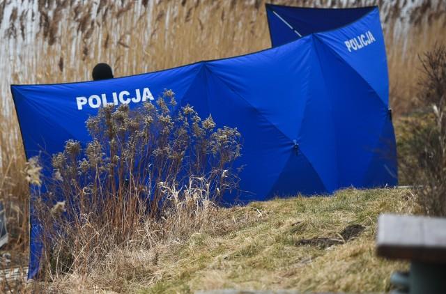 W środę rano, w zaroślach w okolicy ul. Srebrnej w Bydgoszczy, pracownicy Miejskich Wodociągów i Kanalizacji, znaleźli ciało najprawdopodobniej mężczyzny.