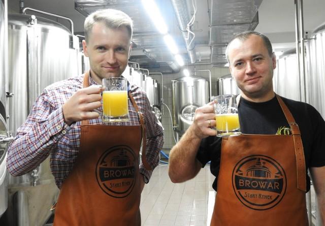 Czesław Dziełak i  Dawid Bobryk, piwowarzy Browaru Stary Rynek nie wahają się wypić tego, co nawarzyli. I polecają gościom