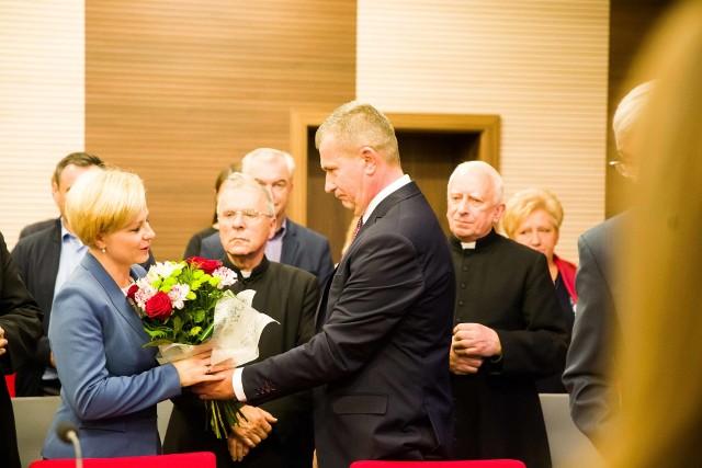 Krzysztof Gołaszewski, burmistrz Łap dziękował Urszuli Jabłońskiej, byłej już burmistrz Łap