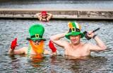 Irlandzkie morsowanie w Parku Lisiniec w Częstochowie. Tak obchodzono dzień św. Patryka. Tym razem kąpało się około 50 osób