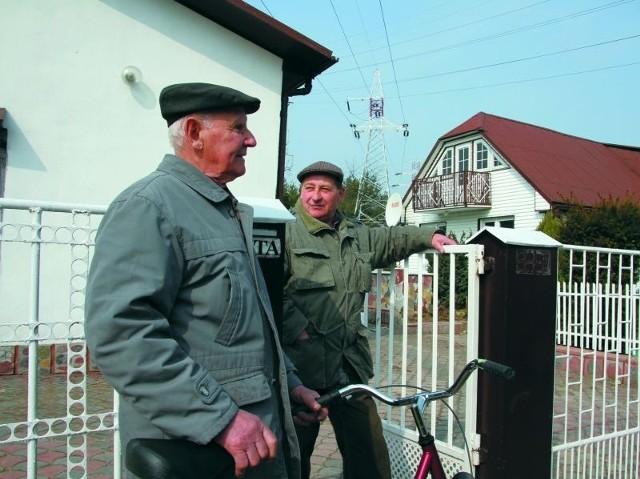 Tadeusz Dzienis (z lewej) i Zbigniew Kuncewicz czekali w środę na formalne przekazanie swoich domów pod budowę przedłużenia Piastowskiej