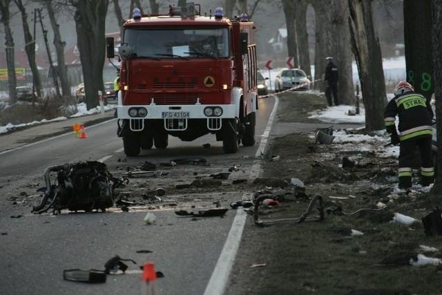 W Dąbroszynie osobowe BMW wypadło z drogi i uderzyło w drzewo.