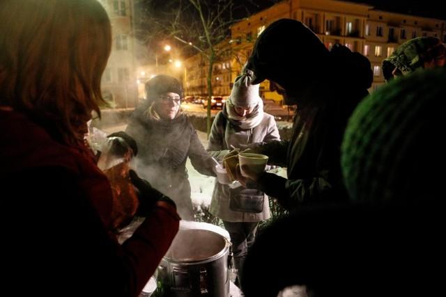 Gorący posiłek dla potrzebujących na rzeszowskim Rynku.
