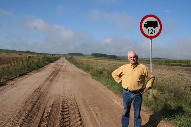 Tomasz Wyszomierski na ulepszonej przez siebie drodze, którą nie może jeździć