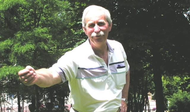 Dyrektor Zbigniew Batko, zwycięzca rzutu beretem sprzed czternastu lat, już bez beretu zademonstrował nam, w jaki sposób nim rzucić, by zwyciężyć.