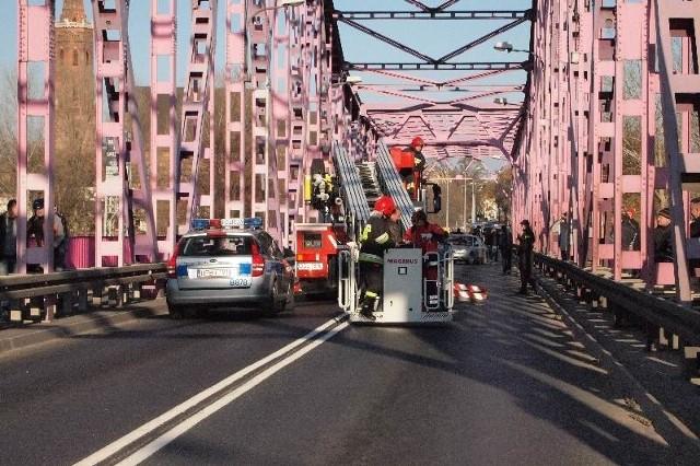 W piątek 51-latka namówili do zejścia z mostu pracownicy pogotowia. Przejazd był zablokowany przez 45 minut