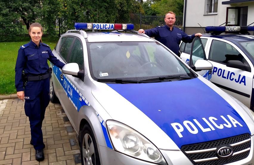 St. sierż. Natalia Siekierko oraz sierż. sztab. Waldemar Grygieńcze radiowozem przetransportowali ciężarną do szpitala.