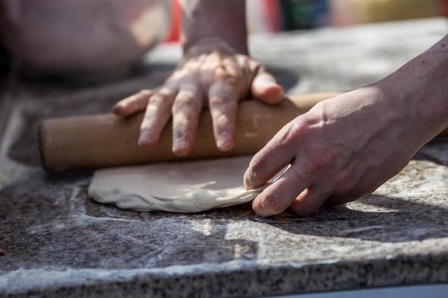 Grubość ciasta nie może przekraczać 3 mm. Pizza musi być pieczona przez 60-90 sekund w piecu w temperaturze powyżej 430 °C.