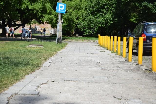 Tak dziś wygląda chodnik przy ul. Strzeleckiej.