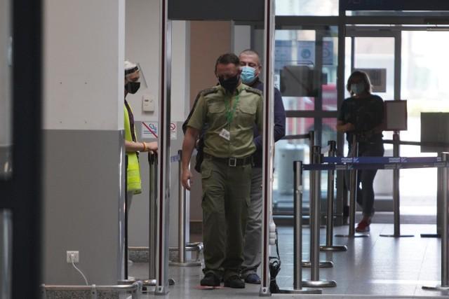 Podczas rutynowej kontroli pasażerów strażnicy graniczni na lotnisku Ławica w Poznaniu zwrócili uwagę na mężczyznę, który do kontroli okazał rumuński dowód osobisty.