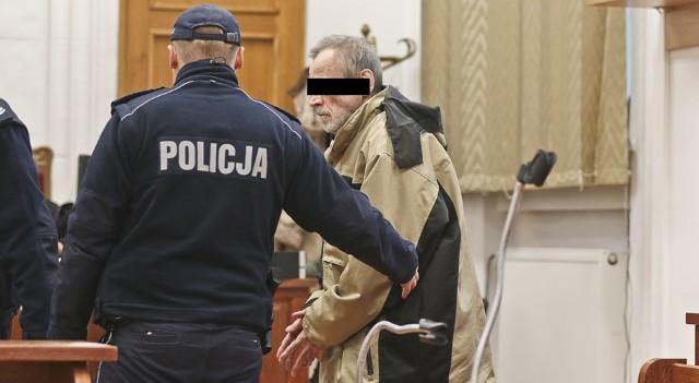 Po wysłuchaniu wyroku skuty kajdankami 64-latek wrócił do celi