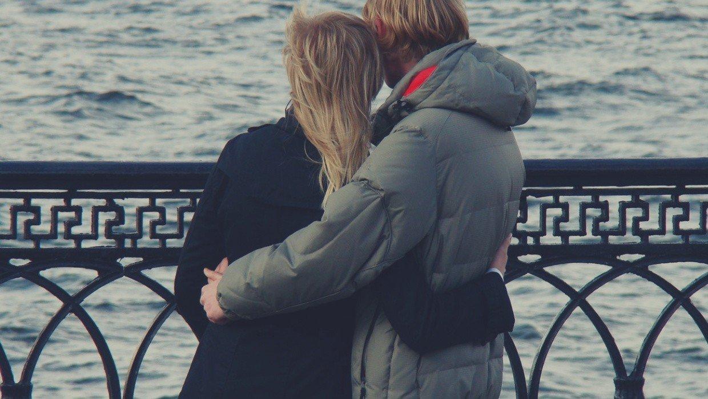umawiać się z kimś z niepokojem