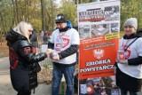 Zbiórka kibiców Lecha na cmentarzach z kłopotami - część wolontariuszy miała problemy z policją i strażą miejską [ZDJĘCIA]