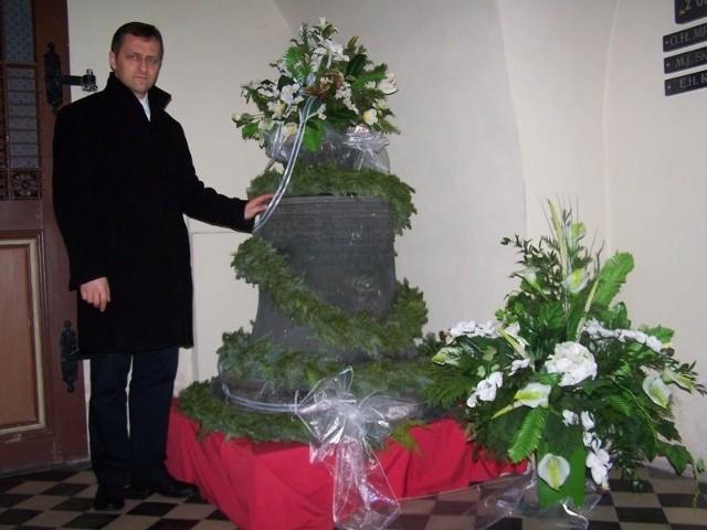 - Dzwon Świętego Michała stoi na specjalnym podeście w macierzystym kościele - mówi ks. Walter Lenart, proboszcz parafii w Oleśnie. – W przyszłości zawiesimy dzwon Świętego Michała, jak i odzyskany wcześniej dzwon Maria Panna na kościelnej wieży.