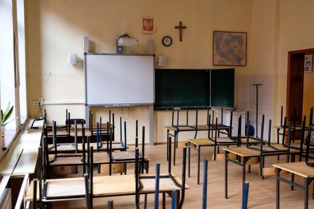 Na razie, do 24 maja uczniowie pozostają w domach i uczą się na odległość. Czy wrócą jeszcze w tym roku do szkół, choćby na parę tygodni?