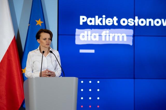 Minister Jadwiga Emilewicz: - Profilaktyka jest ważna, by zachować zdrowie. Podobnie ważne jest zapobieganie niepożądanym zjawiskom w gospodarce. Właśnie taką rolę odegrać ma - przygotowany przez rząd - pakiet osłonowy dla firm w związku z rozprzestrzenianiem się koronawirusa.