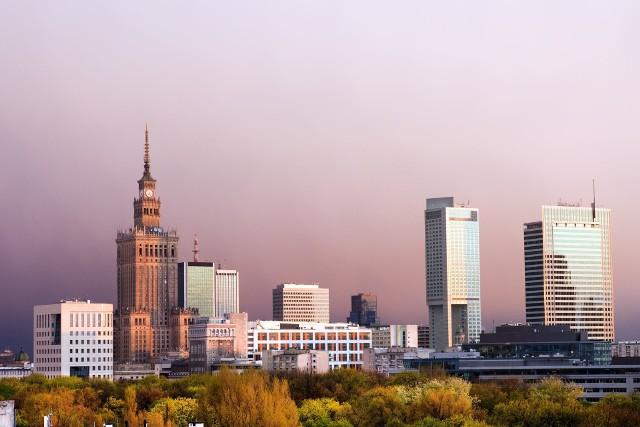 Po czym zgadnąć, że turysta jest z Warszawy? Nie trzeba zgadywać, sam ci o tym powie – głosi popularny dowcip. Warszawiacy według stereotypu czują się lepsi od mieszkańców innych regionów, wszędzie ogłaszają swoje pochodzenie i domagają się wyjątkowego traktowania.