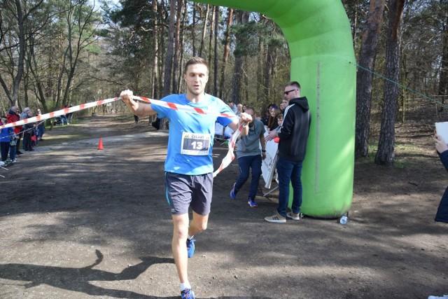 """Prawie 200 osób wzięło udział w biegu charytatywnym Galant Race i pomogło sparaliżowanemu Nikodemowi. Bieg główny, który był rozgrywany w Parku Braniborskim na dystansie 7,2 km wygrał Jacek Stadnik, ale w tym biegu nie wynik i miejsca były najważniejsze. – Pokonując trasę myślałem o chłopaku, który wcześniej uprawiał sport, a teraz musi codziennie walczyć o powrót do zdrowia – powiedział na mecie zwycięzca. Pochodzący z Sulechowa Nikodem w styczniu tego roku uczestniczył w wypadku samochodowym w wyniku którego doznał poważnego urazu kręgosłupa (uraz rdzenia i kręgów TH10 i 11) – w rezultacie paraliżu kończyn dolnych. – Chłopak dał się poznać jako wspaniały kolega, sumienny uczeń i wielokrotny reprezentant szkoły w zawodach sportowych – mówił Maciej Adamczuk, nauczyciel w popularnym Elektroniku. - Po zakończeniu szkoły kontynuował przygodę ze sportem w klubie Lech Sulechów. Postanowiliśmy mu pomóc.- Cały dochód z imprezy został przeznaczony na zakup specjalistycznego wózka oraz rehabilitację Nikodema. – Po raz kolejny pokazaliśmy, że zielonogórskie serca biją mocno – stwierdził Radosław Brodzik jeden z organizatorów. Tuż przed biegiem rywalizowały dzieci w czterech kategoriach wiekowych. Podczas imprezy wspominano również Piotra Galanta, wieloletniego trenera i zawodnika Zastalu Zielona Góra oraz nauczyciela akademickiego. Nie mogło zabraknąć również występów artystycznych. O to zadbały dziewczyny z zielonogórskich szkół tańca. Głównymi organizatorami biegu byli - Centrum Kształcenia Zawodowego i Ustawicznego """"Elektronik"""" oraz stowarzyszenie Zielona Góra Zacznij Biegać.Sponsorem strategicznym imprezy została zielonogórska firma wideorejestratory24.pl. Honorowym patronatem imprezę objął Janusz Kubicki, prezydent Zielonej Góry."""
