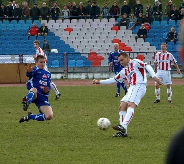 W Świeciu Wda pokonała skromnie pokonała Polonię Bydgoszcz 2:1, a zwycięskiego gola strzelił Wojciech Ernest (niebieski trykot)