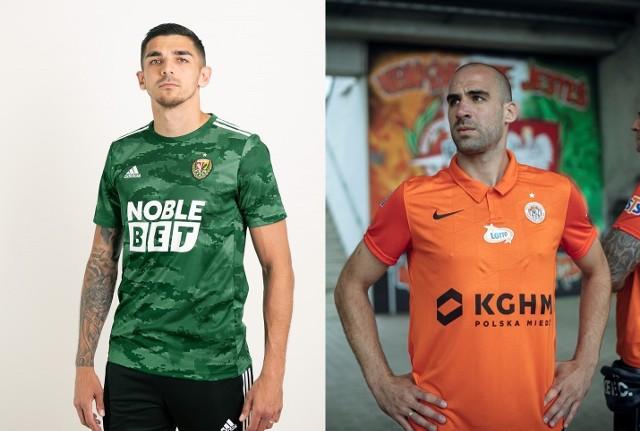 ŚLĄSK vs ZAGŁĘBIE. Które koszulki ładniejsze?Śląsk Wrocław kontra Zagłębie Lubin. Adidas kontra Nike. Zielony wzór wojskowy, czy klasyczny pomarańczowy. Po tym, jak nowe koszuli zaprezentował Śląsk Wrocław, teraz swoje stroje na sezon 2020/21 zaprezentowało Zagłębie Lubin. Które koszulki bardziej Wam się podobają?WAŻNE! DO KOLEJNYCH ZDJĘĆ MOŻNA PRZEJŚĆ ZA POMOCĄ GESTÓW LUB STRZAŁEK
