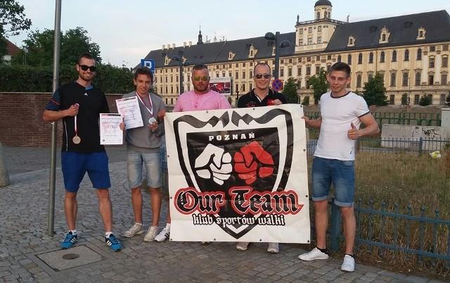 Poznańska ekipa z klubowym banerem podczas wrocławskich MP