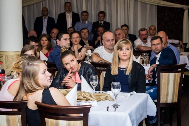 Kobiecy Klub Piłkarski Bydgoszcz świętował w sobotę 10-lecie istnienia. Uroczyste obchody zainaugurował mecz towarzyski, w którym obecne zawodniczki zmierzyły się z ekipą byłych piłkarek KKP (0:3). Potem, w jednym z fordońskich lokali, odbyła się uroczysta gala. Po niej był czas na wspomnienia i wspólną zabawę. Humory dopisywały, ostatni goście wychodzi krótko przed godziną 5.30. Zobacz zdjęcia >>>