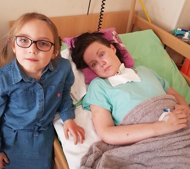 Pęknięte naczynie krwionośne spowodowało duże spustoszenie w głowie Marty. Kobieta przez 10 dni była w śpiączce, a lekarze mówili, że trzeba przygotować się na najgorsze. I wtedy zdarzył się cud. Młoda mama zaczęła wracać do życia, została wypisana do domu. Osiem miesięcy po udarze - gdy wydawało się, że najgorsze jest już za nimi - stan Marty jednak gwałtownie się pogorszył. Kobieta przestała przełykać, odkrztuszać, była żywiona za pomocą sondy.