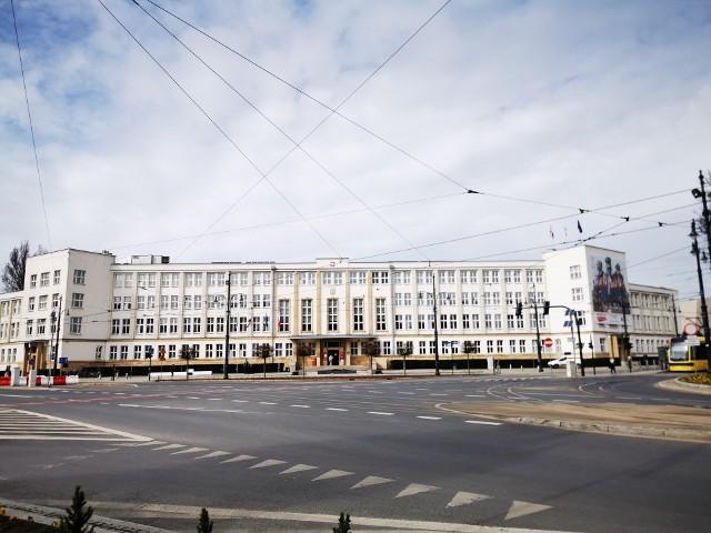 Na początku września tego roku w Urzędzie Marszałkowskim było 1101 etatów, a jakie są zarobki? Zobaczcie w naszej galerii.Czytaj dalej. Przesuwaj zdjęcia w prawo - naciśnij strzałkę lub przycisk NASTĘPNE